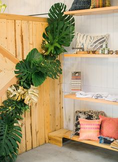 The holidays are full of events, parties, & shopping experiences. This boho holiday bash is three-in-one! The tropical themed party was hosted by Beijos Events.