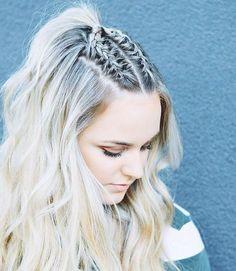 Chica con media coleta alta de trenzas mirando hacia abajo para mostrar su peinado