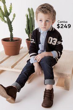 Dale un estilo colegial a tu pequeño para que se sienta como todo un campeón.  Sudadera - $329 Camisa - $249 Jeans - $299