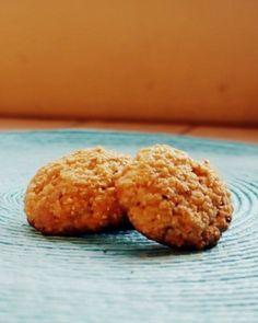 GALLETAS DE AVENA 🍪. Nada más provocativo que unas deliciosas galletas de avena. Bajas en calorías y super fáciles de hacer, no te quitaran más de 30 minutos. Veamos la receta. >>> INGREDIENTES: - 1 taza de avena en hojuelas. - 1/2 taza de harina. - 40 gr de azúcar. - 1 huevo. - 1/4 taza de aceite. - 2 cdta de polvo para hornear. - Cenela y sal. >> En una taza añadimos todos los ingredientes y mezclamos hasta obtener una masa consistente. Formamos bolitas y aplastamos al colocar en la… Muffin, Cookies, Breakfast, Desserts, Instagram, Food, Oat Cookies, Baking, Egg