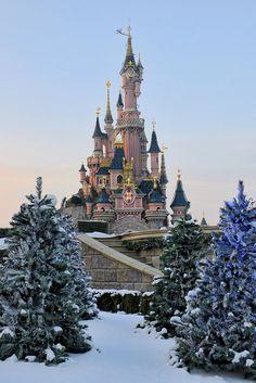 Sleeping beauty castle during winter in Disneyland Paris Disneyland Paris Christmas, Disneyland World, Disney Magic, Disney Art, Walt Disney, Cute Disney Pictures, Sleeping Beauty Castle, Disney Aesthetic, Cute Disney Wallpaper