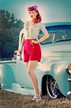 """A modelo pin-up ruiva Ivana """"Gretel Macabre"""" - Com carros antigos"""