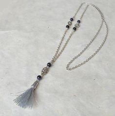 Collier / sautoir bohême pendentif pompon et perles de blue stone