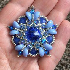 Swarovski sapphire rivoli and piggy beads Macrame Bracelet Patterns, Jewelry Patterns, Beading Patterns, Jewelry Making Tutorials, Jewelry Making Beads, Bead Jewellery, Beaded Jewelry, Beaded Rings, Beaded Bracelets