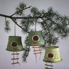 Jolis nichoirs dans des petites barquettes de bois.
