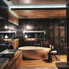 Hoy en día son más las personas que optan por agregar tonos oscuros a los baños. Colores que van desde los grises oscuros, marrones, negros… en acabados como pueden ser los alicatados y sanitarios. Para baños grandes, también puedes optar por hormigones o cementos pulidos, maderas y piedras variadas. #baños #bañososcuros #decoración #ideasbaño #ideas #tonososcuros Industrial Bathroom Design, Bathroom Design Luxury, Bad Inspiration, Bathroom Design Inspiration, Interior Design Kitchen, Modern Interior Design, Luxury Interior, Home Room Design, House Design