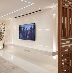 Painel de Tv em laca branca e detalhe do elemento vazado na lateral. 😘 Amei! Projeto Max Mello Via @maisdecor_ www.homeidea.com.br Face:…