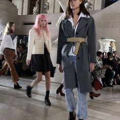 songofstyle@nicolasghesquiere ends #pfw with a bang. How epic is @louisvuitton and the setting? They shut the #Louvre down and #FrankOcean playing in the background was icing on the cake. Def, headed to the pyramid tonight 😉 #lvfw17