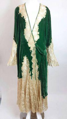 Vintage Ecru Lace and Green Silk Velvet Robe / antique robe/ 1930s Fashion, Vintage Fashion, Ropa Interior Vintage, Vintage Dresses, Vintage Outfits, Vintage Clothing, Vintage Wardrobe, Green Silk, Green Velvet