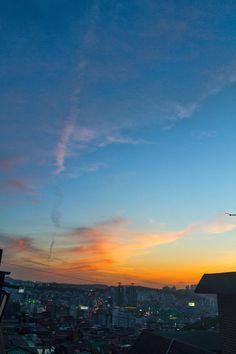 https://flic.kr/p/GHEmFh | 창 건너편에 보이는 것 : What appears to be the other side of the window | 언제나 그렇지만 퇴근해서 보는 창 건너편 노을빛이 아름답게 느껴질 때가 있습니다. 맑은 하늘일 때도 있고 찌푸린 날도 있지만 다양한 모습을 보여준다는 것에서 좋아합니다.