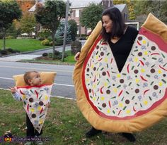 Mommy Pizza Pie and Baby Slice Costume - Halloween Costume Contest via Halloween Bebes, Clever Halloween Costumes, Unique Costumes, Fete Halloween, Creative Costumes, Halloween Costume Contest, Family Costumes, Baby Costumes, Cool Costumes
