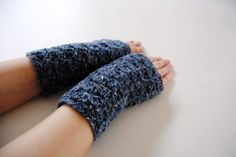 Tweed blue warmers, fingerless mittens, hand-crocheted & ready to ship de la boutique avoiretc sur Etsy