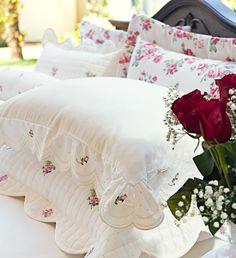 COLEÇÃO ESSENZA A coleção Essenza foi inspirada nas pétalas das rosas, cuja textura está presente no deslumbrante conjunto formado por Edredom, Cobre Leito, Roupa de Cama, Almofadas, Rolinhos e Jogo de Banho.