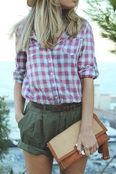 teenvogue, MY SHOWROOM, blog de moda, fashion, Priscila Betancort, camisa de cuadros, shorts verdes, clutch, cuñas rojas, gafas de sol negra...