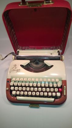 ANTIQUE VINTAGE TYPEWRITER PRINCESS 300 CREAM WITH BROWN/RED / RED CASE