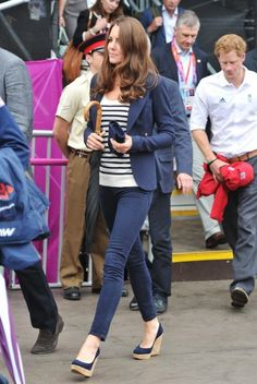 Kate Middleton chegou pra mais uma manhã de torcida pro time de equitação britânico. Ela usa blazer Smythe, calça skinny e o escarpin anabela Stuart Weitzman