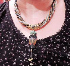 Perles japonaises matubo collier tissé, qui jai mis en place une main perle filé un designer britannique RowanberryGlass, un coucher de soleil avec exceptionnelle se termine. Un travail que je veux mettre en évidence par lintermédiaire de mon montage qui, je lespère répondra parfaitement aux travaux de ce magnifique bijou. Jai associé une Pierre Turquoise et jaune perles opales orné de strass anciens. Le fermoir est magnétique pour faciliter la pause et lélimination. Ce collier est une pièce…