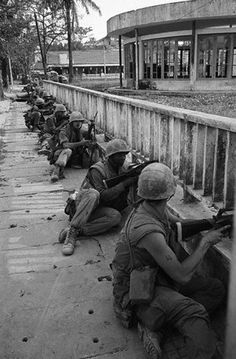 https://flic.kr/p/fZgoc7 | 05 Feb 1968, Hue - US marines line up on a sidewalk during street fighting in Hue | South Vietnam during the Vietnam War. --- Image by © Bettmann/CORBIS
