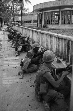 US marines line up on a sidewalk during street fighting in Hue, during the Tet Offensive, Jan-Feb 1968. © Bettmann/CORBIS ~ Vietnam War