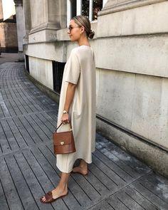 Stylish Minimalist Summer Outfit Idea — Neutral Dress, Mini Bag, and Slide Sandals Stylish Dresses, Casual Dresses, Casual Outfits, Mode Outfits, Fashion Outfits, Fashion Tips, Fashion Hacks, Cos Fashion, Fashion Styles