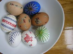 12 Unique and Crafty DIY Easter Egg Decorating Tutorials. Dyi Crafts, Crafts For Kids, Arts And Crafts, Hoppy Easter, Easter Eggs, Holiday Crafts, Holiday Fun, Holiday Ideas, Egg Decorating