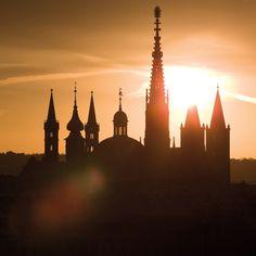 Würzburg - Sonnenaufgang  //Türme und Kuppel von Marienkapelle, Neumünster und Kiliansdom.