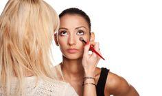 maquiagem profissional em casa mesmo, fazendo uso das técnicas e adaptando os produtos para os do nosso uso cotidiano. Para aprender a fazer você só precisa ...