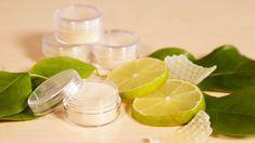 Dáváte přednost přírodním produktům akosmetice arády byste sivyrobily tuhý parfém dokabelky? Jetojednodušší, nežsimožná myslíte. Sledujte nášvideonávod. Lime, Homemade, Fruit, Food, Presents, Gifts, Eten, Limes, Hand Made