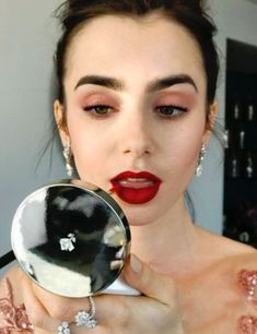 Red lips 522558363004406730 - Daily Lily Collins : Photo Source by SolennDnvlt Makeup Goals, Makeup Inspo, Makeup Trends, Beauty Trends, Makeup Ideas, 2017 Makeup, Makeup Geek, All Things Beauty, Beauty Make Up
