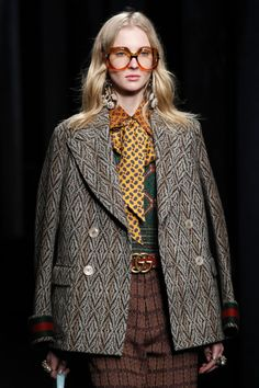 The complete Gucci Fall 2016 Ready-to-Wear fashion show now on Vogue Runway. Fall Fashion 2016, Fashion 2020, Winter Fashion, Fashion Show, Fashion Outfits, Fashion Trends, Moda Fashion, Womens Fashion, Gucci Fashion