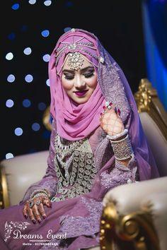She looks stunning Hijabi Wedding, Muslimah Wedding Dress, Disney Wedding Dresses, Hijab Bride, Muslim Brides, Pakistani Wedding Dresses, Bridal Hijab Styles, Asian Bridal Dresses, Indian Bridal Outfits