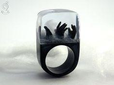 Zombie – Gruseliger Untote-Ring mit drei schwarzen Händen und Nebelschwaden auf schwarzen Ring in Gießharz