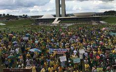 Manifestantes se reúnem em frente ao Congresso Nacional, em Brasília (DF), em ato a favor da Lava Jato e contra mudanças no pacote anticorrupção