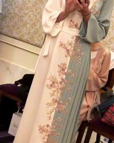 Abaya Style 738449670125687682 - Source by Muslim Women Fashion, Arab Fashion, Islamic Fashion, Modest Fashion, Fashion Dresses, Fashion Clothes, Muslim Long Dress, Hijab Wedding Dresses, Hijab Bride