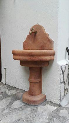 Fontana murale in pietra ricostruita, modello: Venezia con supporto, colore: mattone. Località: Leonessa (Rieti)