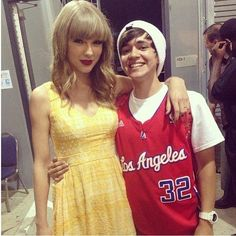 He is short next to Taylor Swift but its awesome he gets to meet her and I don't :(