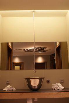 Gessi Goccia Deckenauslauf kombiniert mit einem Goccia Waschtisch verchromt, eingebaut im Ramus des Gartenhotel Moser am Montiggler See Südtirol