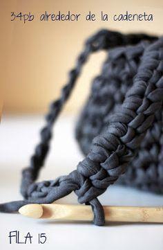 Este es un tutorial paso a paso de cómo hacer un cesto colgante de ganchillo con trapillo.