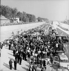 A crowd gathers near Oak Park on the opening day of the expressway. In the background, you can see the exit ramp the suburb fought for. (Photo courtesy CERA Archive)