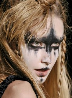 warrior makeup from the Summer Isles, Vivienne Westwood Disfarces Halloween, Halloween Face Makeup, Halloween Contacts, Vintage Halloween, Halloween Costumes, Maquillage Halloween Simple, Warrior Makeup, Tribal Makeup, Foto Fashion