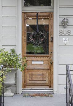 """Belle vieille porte & au-dessus de la sonnette : """"Entrée des artistes"""" Valorie's Bold New Orleans Home"""
