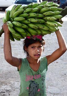 Jovencita con bananos
