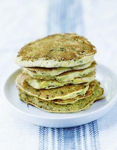 Recette Pancakes de courgettes et ricotta : Lavez et râpez les courgettes au-dessus d'un saladier avec la grille à gros trous d'une râpe quatre faces. Versez les oeufs, la fécule de maïs, 150 g de ricotta émiettée, les feuilles de menthe ciselée, mélangez à l'aide d'un fouet à mai...