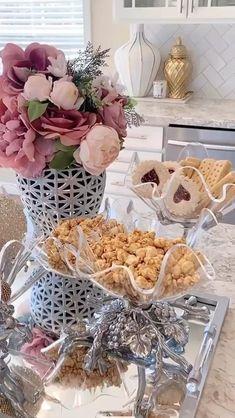 Christmas Party Food, Christmas Desserts, Diy Christmas, Thanksgiving Centerpieces, Christmas Table Decorations, Dinner Table, Dessert Table, Minimalist Window, Mini Desserts