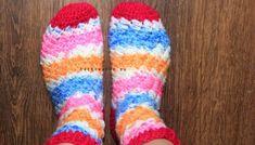 Prečítajte si návod na háčkované dámske ponožky. Ako uháčkovať pätu ponožky a lem ponožky. Kompletný postup na háčkovanie ponožiek nájdete v tomto článku. Háčkované ponožky - návod na háčkovanie zdarma. Socks, Crochet, Fashion, Moda, Fashion Styles, Sock, Ganchillo, Stockings, Crocheting