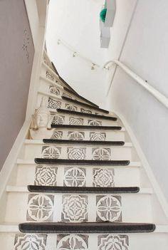 Des escaliers décorés au pochoir (See more :HOME & GARDEN: Mes coups de coeur de la semaine #50) want to do this but i am thinking palm fronds...gotta figure out how