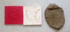 Moldes (rojo a partir de cera de escultor) y resultado.Molde de arcilla con el mismo motivo.