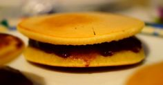 Ecco la mia ricetta dei Dorayaki vegan di Doraemon, farciti con la nocciolata light e vegan fatta in casa. Per vedere la ricetta completa cliccate su http://pimikiallaricettadellaformulaperfetta.blogspot.it/2016/07/dorayaki-vegani-famosi-dolcetti-di_4.html  Vegan Doraemon's Dorayaki recipe
