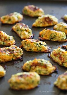 Zucchini Tots recipe: Getting your family to eat their veggies can often be difficult. Well these kid-friendly zucchini tots are the perfect solution! They make a great side for breakfast or dinner! Healthy Recipes, Ww Recipes, Vegetable Recipes, Healthy Snacks, Vegetarian Recipes, Healthy Eating, Cooking Recipes, Delicious Recipes, Clean Eating