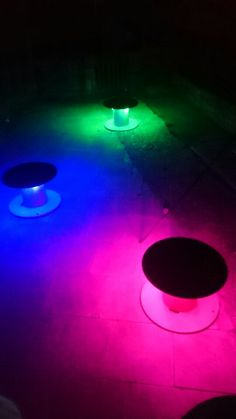Recycled cable reels + fairy lights make amazing party tables Wooden Spool Projects, Wooden Spool Tables, Wooden Spools, Cable Drum, Cable Reel, Salsa Night, Kid Friendly Backyard, Wire Spool, Party Tables